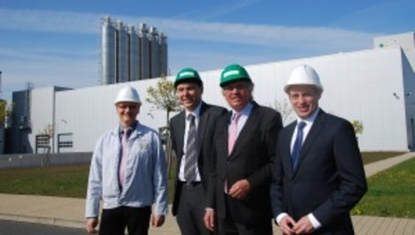 Plant manager Detlef Müller, authorised representative Johannes Hintermayer, Minister Hartmut Möllring and executive board member Konstantin Medvedyev from Kiev in front of the wheat starch factory.