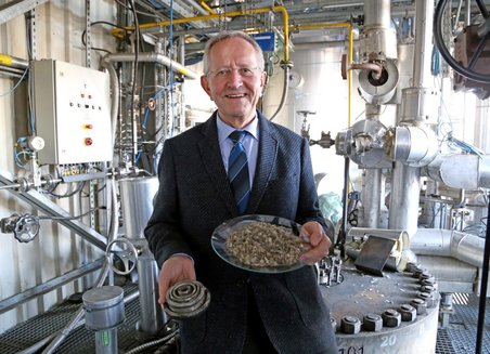 Prof. Dr. Bernd Meyer, head of the Chemical Conversion Processes business unit at the Fraunhofer Institute for Microstructure of Materials and Systems, stands in front of a plant that converts waste into synthetic fuel.